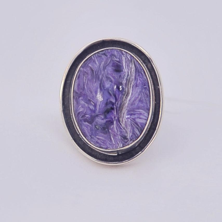 Кольцо из чароита овальной формы с широким черным ободком, серебро