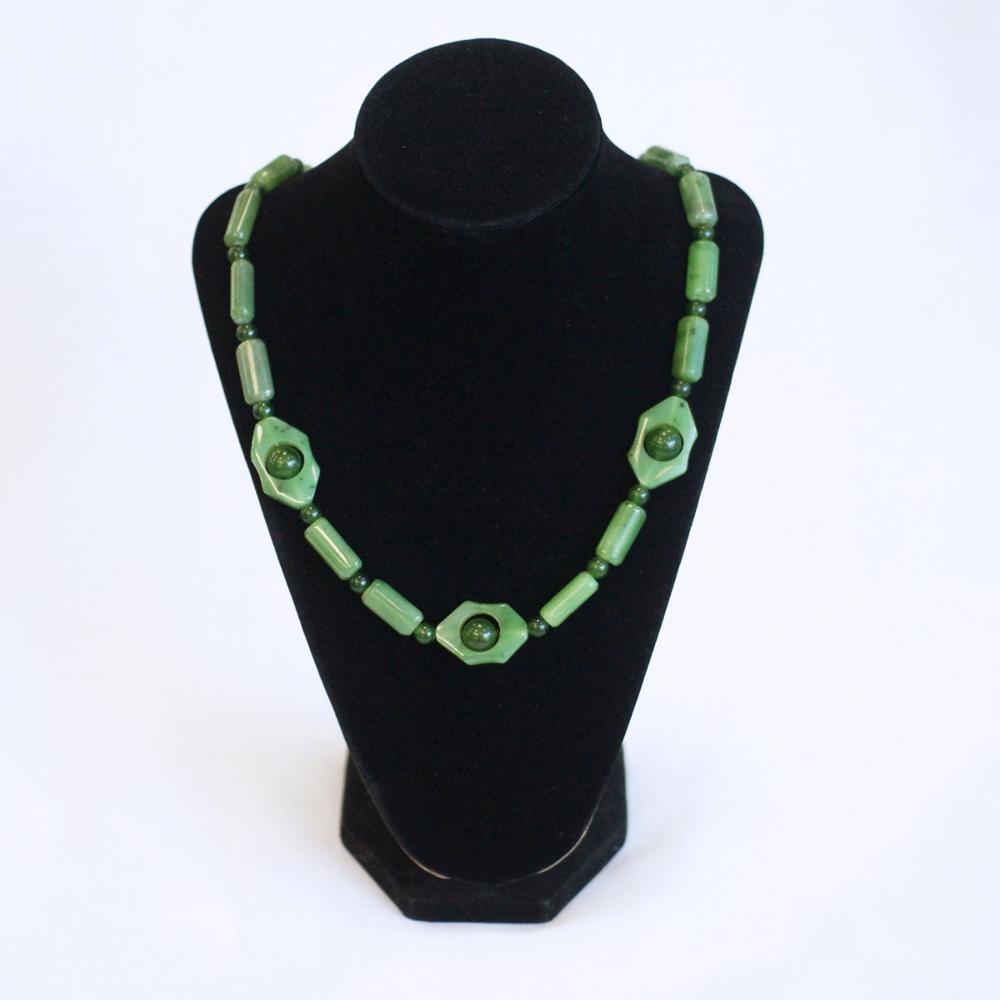 Бусыиз светло-зеленогонефрита,форма через шарик