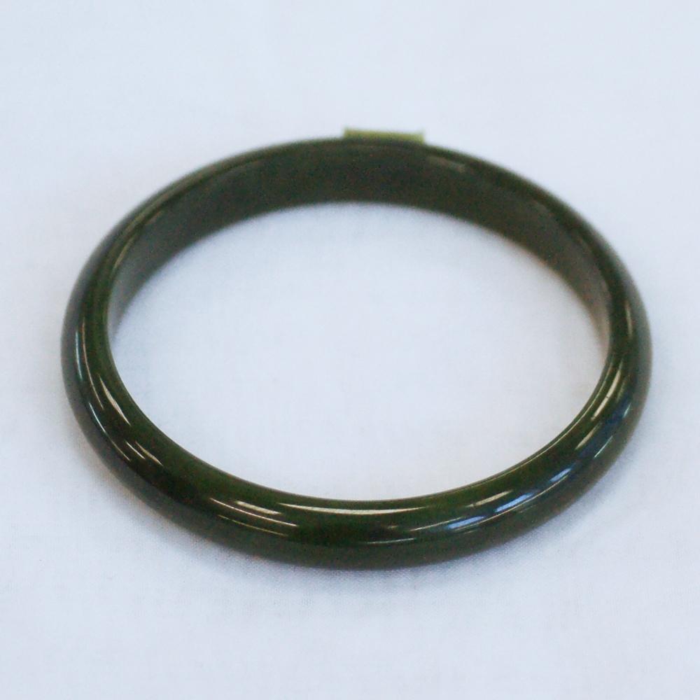 Тонкий цельный браслет иззеленого нефрита