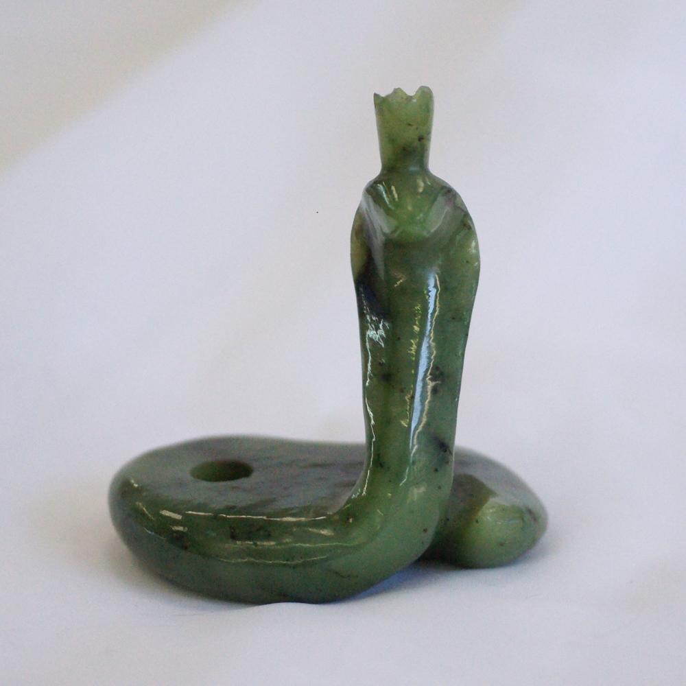 Змея иззеленого нефрита скороной наголове