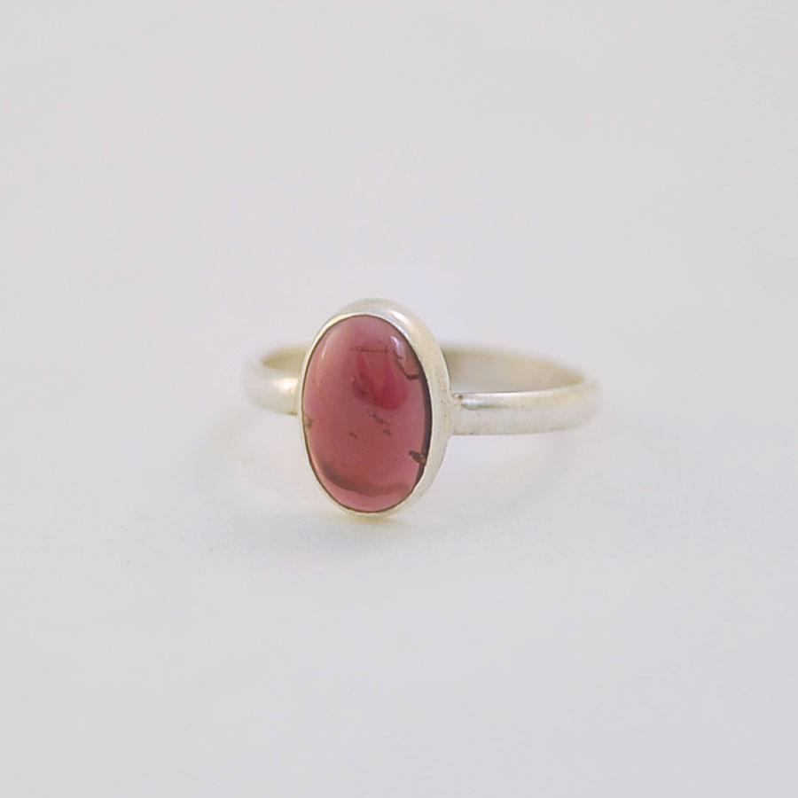 Кольцо из малинового турмалина овальной формы