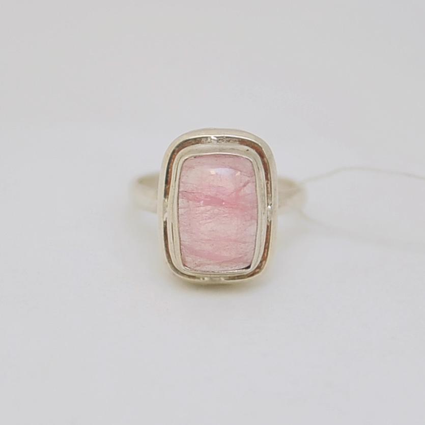 Кольцо из розового турмалина. Прямоугольник 1 на 1,5 см в серебре