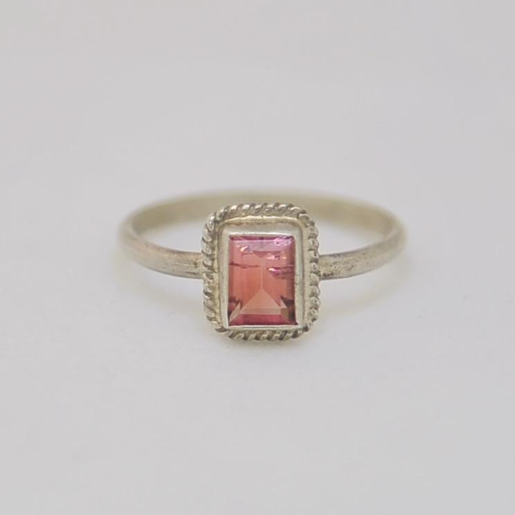 Кольцо из розового турмалина. Ограненный прямоугольник в серебре