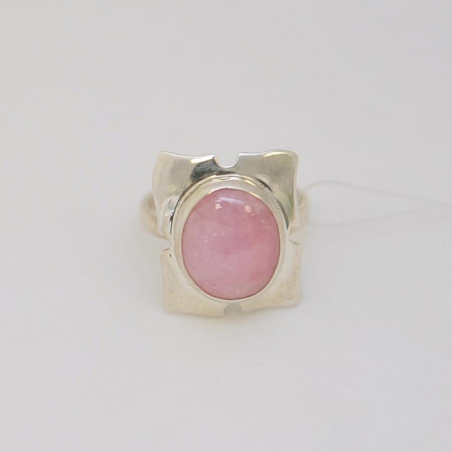Кольцо из розового турмалина овальной формы, в квадрате из серебра