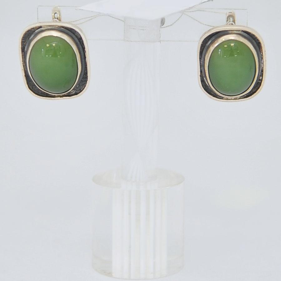 Серьги иззеленого нефрита ввиде овала в квадрате счерным ободком, серебро
