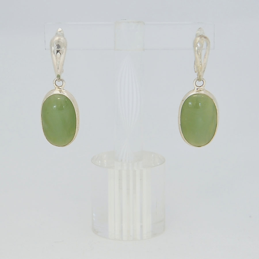 Серьги изсветло-зеленого нефрита ввиде овала, серебрение