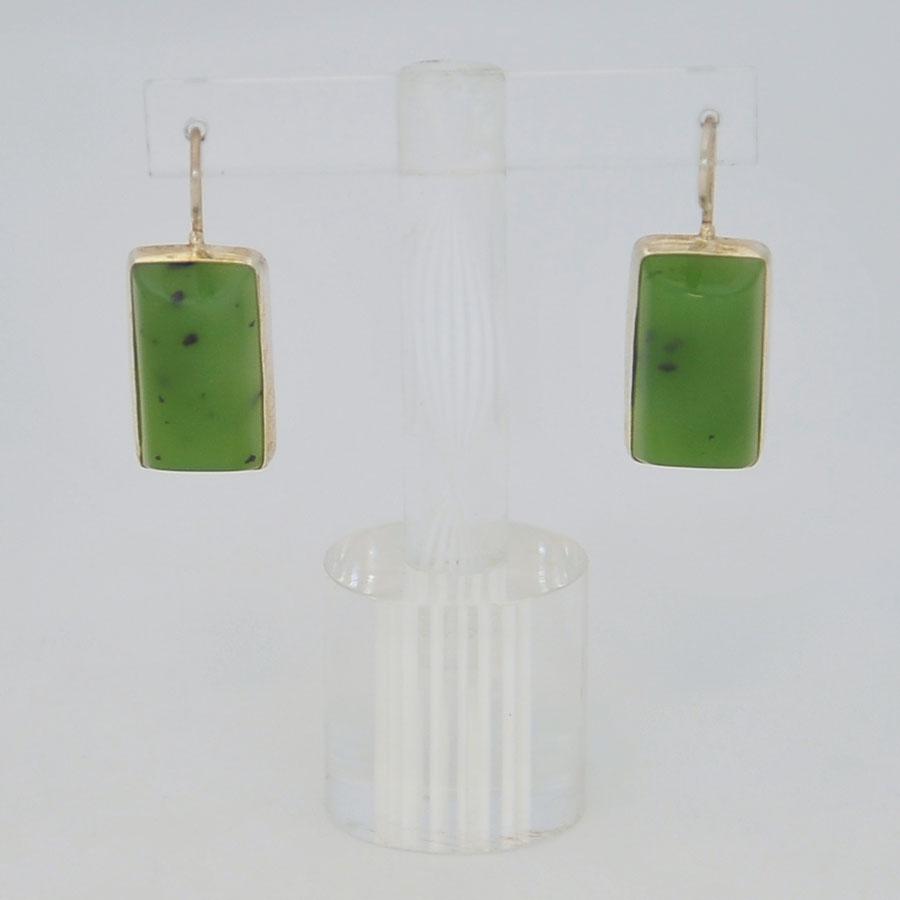 Серьги изярко-зеленого нефрита ввиде полуцилиндра, серебрение