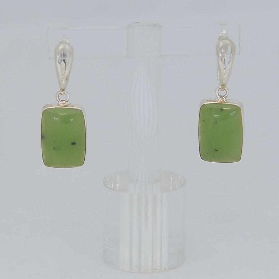 Серьги изсветло-зеленого нефрита ввиде прямоугольников, серебрение