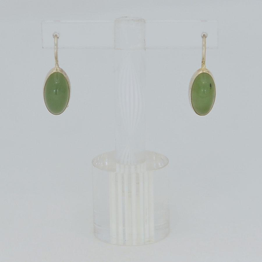Серьги изярко-зеленого нефрита ввиде выпуклых овалов, серебрение