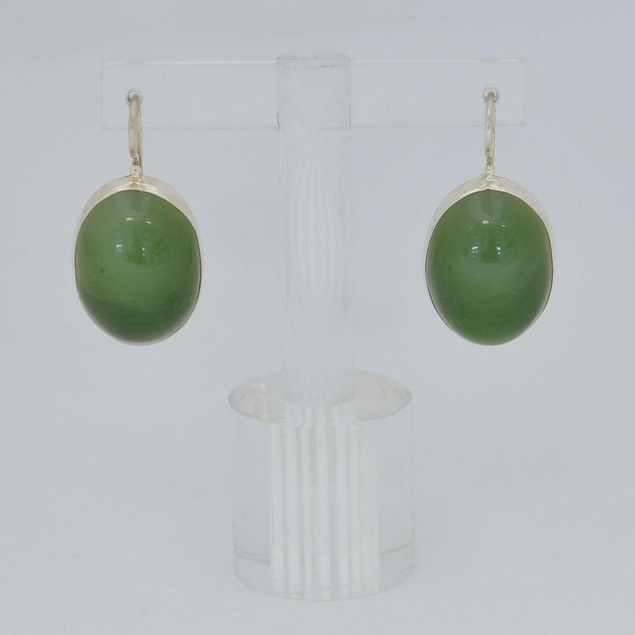 Серьги изярко-зеленого нефрита с кошачьим эффектом ввиде крупного выпуклого овала, серебрение