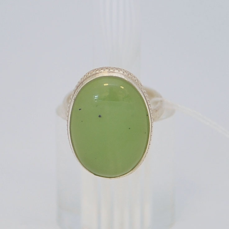 Кольцо изсветло-зеленого нефрита ввиде овала, серебро