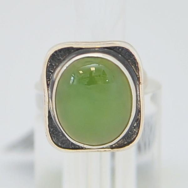 Кольцо иззеленого нефрита ввиде овала в квадрате счерным ободком, серебро