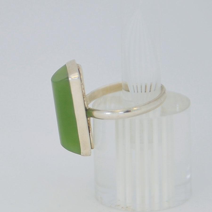 Кольцо изярко-зеленого нефрита ввиде полуцилиндра, серебрение
