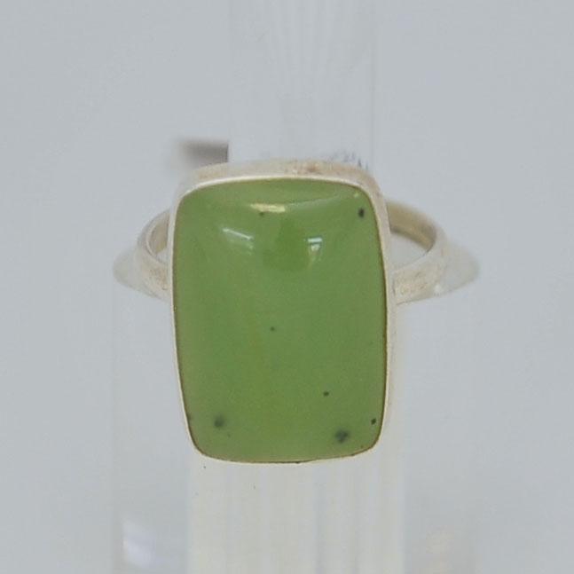 Кольцо изсветло-зеленого нефрита ввиде прямоугольника, серебрение