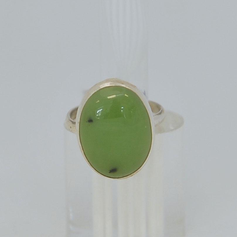 Кольцо изсветло-зеленого нефрита ввиде овала, серебрение