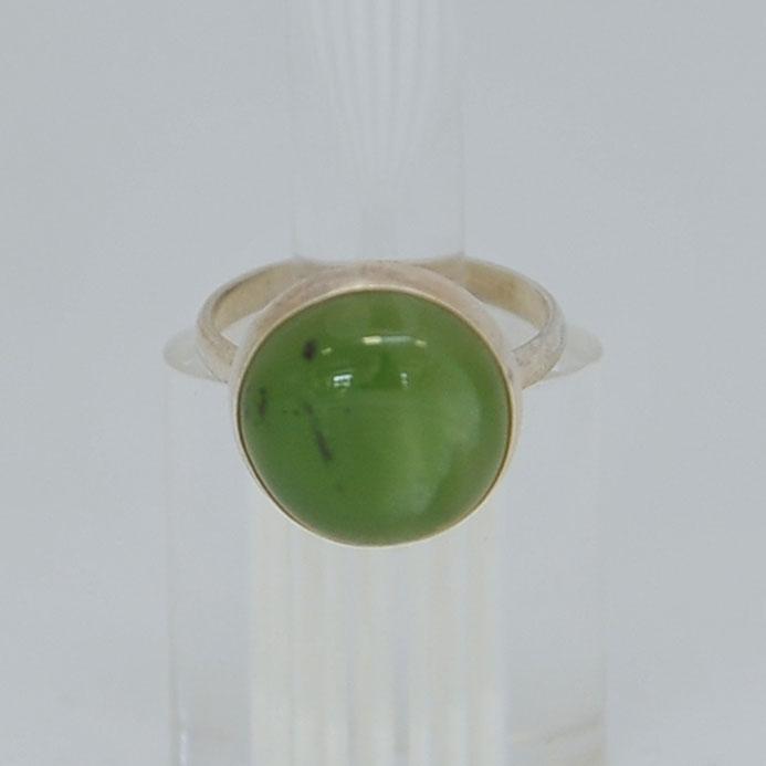 Кольцо изярко-зеленого нефрита ввиде круга, серебрение