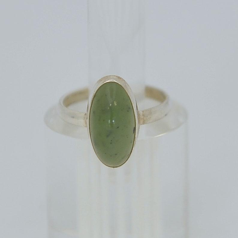 Кольцо изярко-зеленого нефрита ввиде выпуклого овала, серебрение