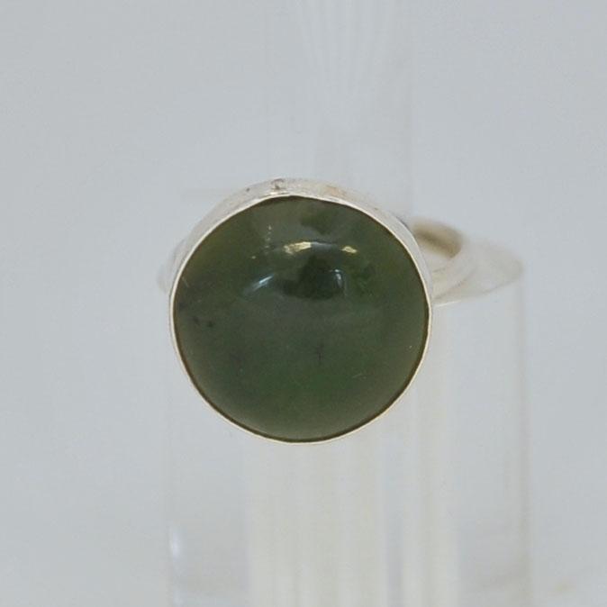 Кольцо изтемно-зеленого нефрита ввиде круга, серебрение