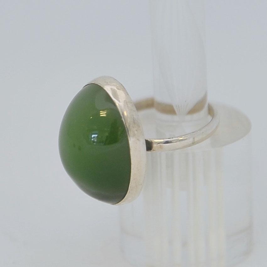 Кольцо изярко-зеленого нефрита с кошачьим эффектом ввиде крупного выпуклого овала, серебрение