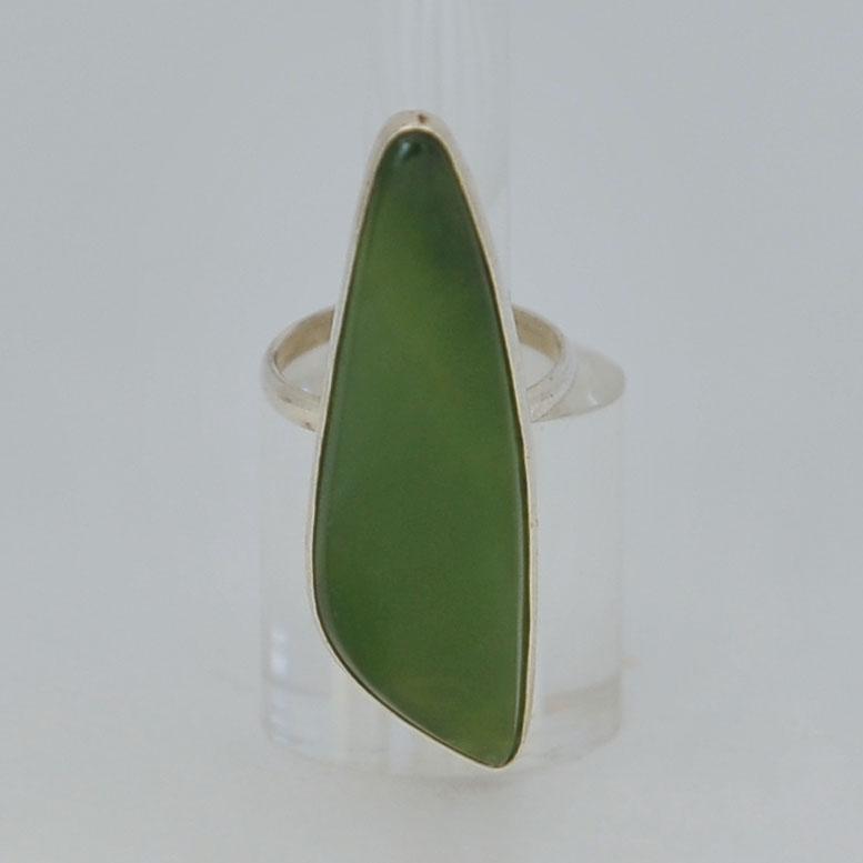 Кольцо изярко-зеленого нефрита ввиде листа, серебрение