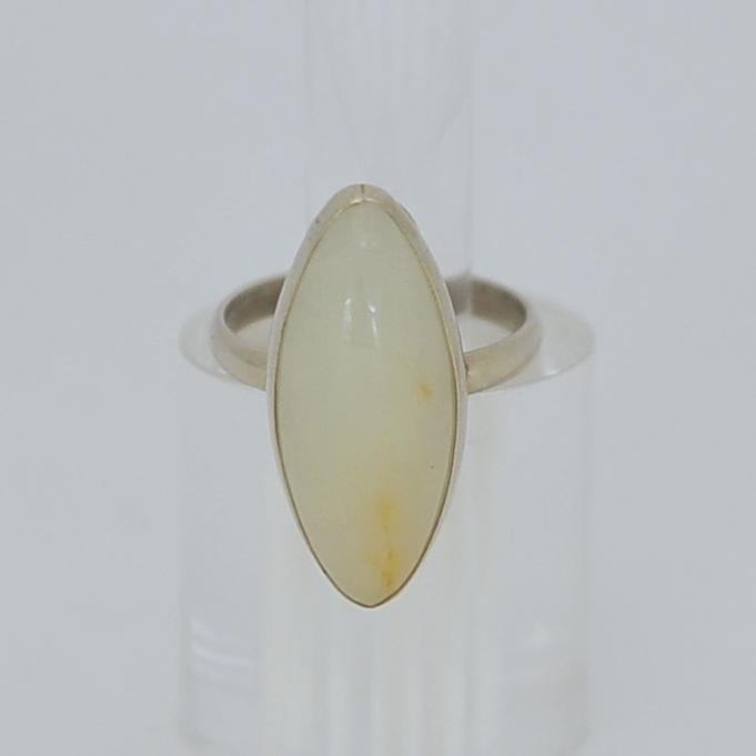 Кольцо избело-медового нефрита ввиде выпуклого овала, серебрение