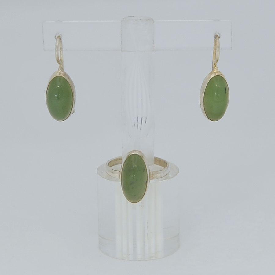 Комплект серьги + кольцо из ярко-зеленого нефрита, выпуклый овал, серебрение