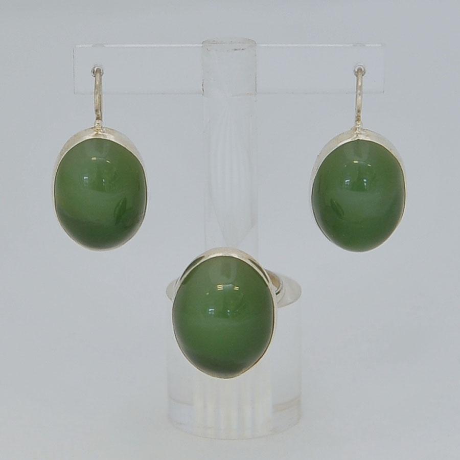 Комплект серьги + кольцо из ярко-зеленого нефрита с эффектом кошачьего глаза, крупный выпуклый овал, серебрение