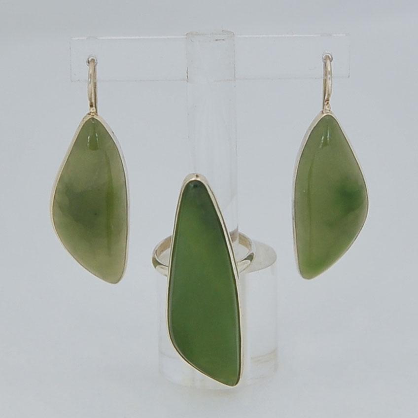 Комплект серьги + кольцо из ярко-зеленого нефрита, лист, серебрение