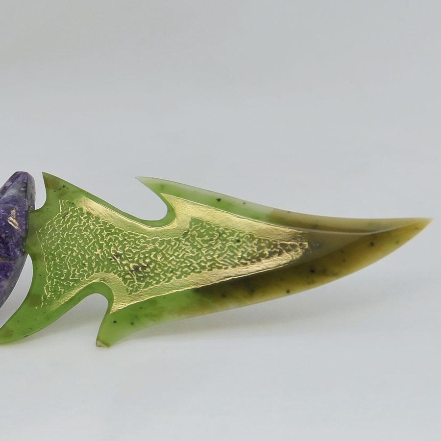 Ножиз зелено-коричневогонефрита.Ручкаизчароита