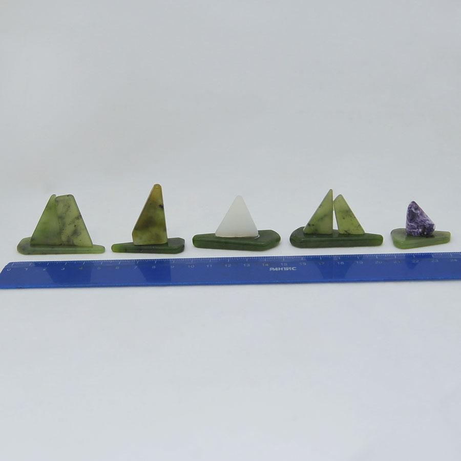 Корабликииз зеленогонефрита различных оттенков