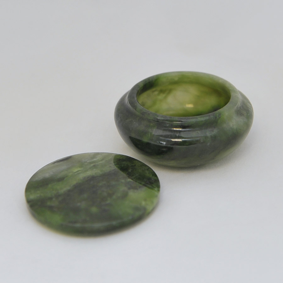 Круглая шкатулка из ярко-зеленогонефрита
