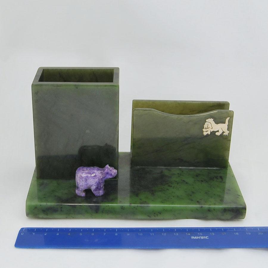 Подставка под бумагу и карандашница из ярко-зеленогонефрита с фигуркой медведя из чароита